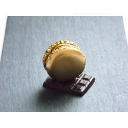 Marque-place macaron or sur tablette de chocolat