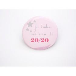 """Badge personnalisé cadeau maîtresse """" Je t'adore maîtresse ! 20/20 """""""