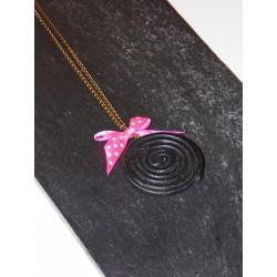 Collier bonbon réglisse rond avec petit nœud rose