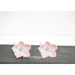 Pic chignon fleur frangipanier pour coiffure mariée