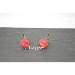 "boucles d'oreille dormeuse cabochon "" Love ..Hate """