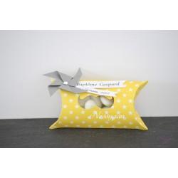 Boîte à dragées jaune thème moulin à vent et moustache