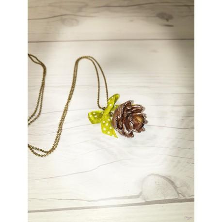 Collier Pomme de pin & noeud en satin vert à pois