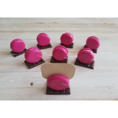Marque-place macaron sur sa tablette de chocolat
