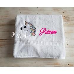 Serviette de bain brodée d'une licorne personnalisée par un prénom