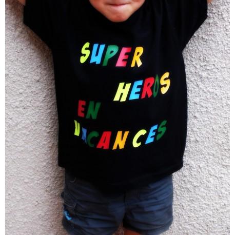 """Tee-shirt en coton blanc ou noir pour enfant """" SUPER HEROS EN VACANCES"""""""