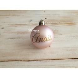 Boule de Noël rose personnalisée par un prénom
