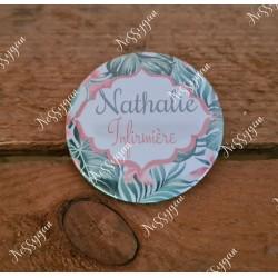 Badge fleurs roses et feuillage vert personnalisé rond infirmière, aide-soignante, sage-femme