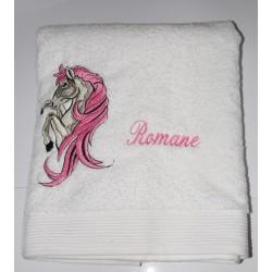 Serviette de bain brodée d'un cheval personnalisée par un prénom